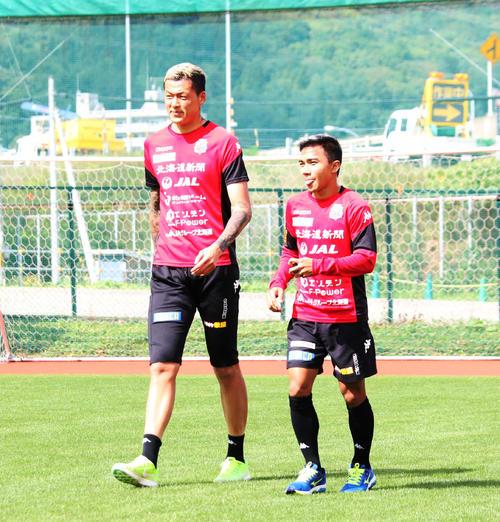 札幌の練習に合流したタイ代表MFチャナティップ(右)と韓国代表GKク(撮影・保坂果那)
