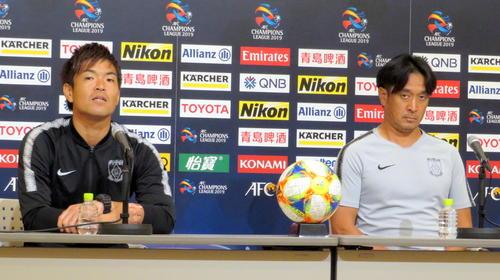 ACL上海上港戦の公式会見に出席した浦和の大槻監督(右)とGK西川