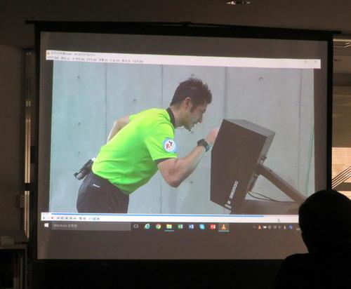 VARが導入されたルヴァン杯準々決勝のG大阪-東京戦でオン・フィールド・レビューを行う山本主審の映像