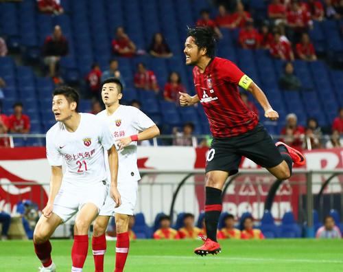 浦和対上海上港 前半、ゴールを決める浦和FW興梠(右)(撮影・足立雅史)