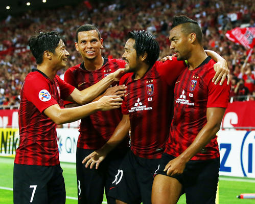 浦和対上海上港 前半、ゴールを決め喜ぶ浦和FW興梠(中央右)ら(撮影・足立雅史)