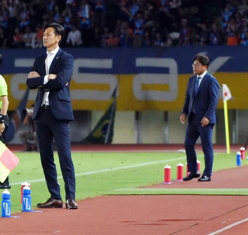 長崎対仙台 師弟対決となった仙台渡辺監督(手前)と長崎手倉森監督