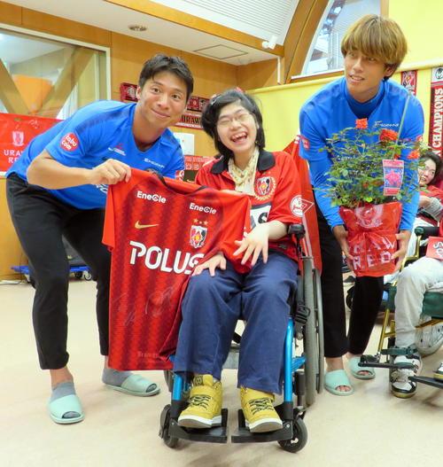 社会福祉施設を訪問した浦和のMF長沢(左)とMF汰木