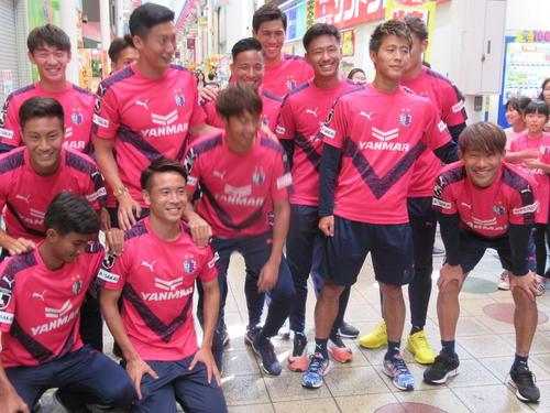駒川商店街で大阪ダービーのPRを行った柿谷(右から2人目)らC大阪の選手たち