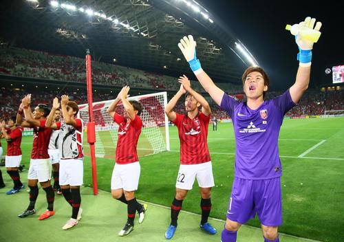 浦和対広州恒大 勝利しファンの声援にバンザイで応える浦和GK西川(右端)ら浦和イレブン(撮影・足立雅史)