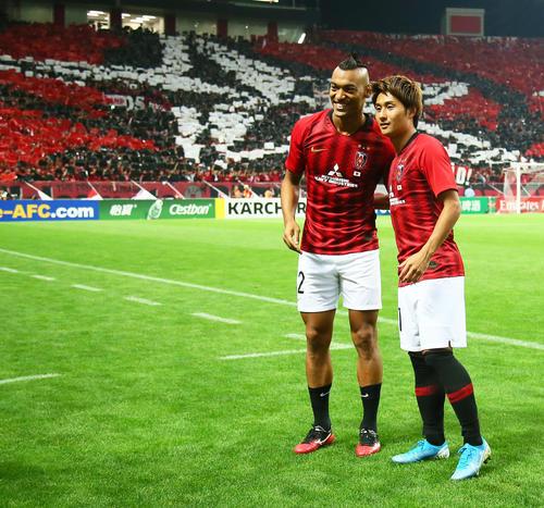 浦和対広州恒大 勝利し笑顔を見せる浦和のFWファブリシオ(左)とMF関根(撮影・足立雅史)