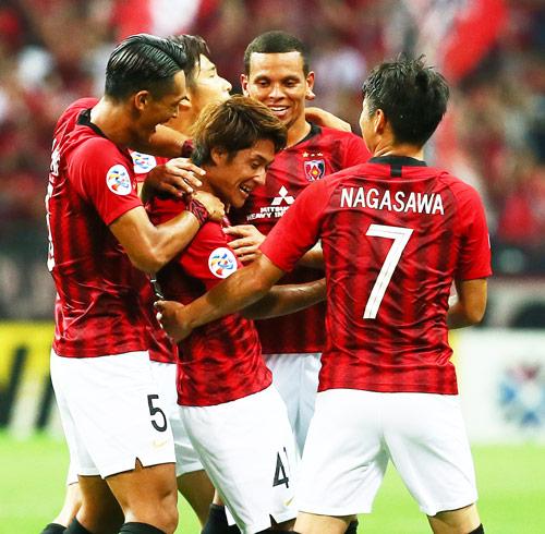 浦和対広州恒大 後半、チーム2点目のゴールを決めたMF関根(中央)はイレブンの祝福を受ける(撮影・足立雅史)