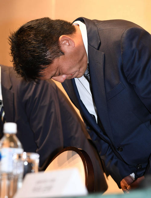 パワハラ問題に関する会見で謝罪する湘南曹貴裁監督(撮影・山崎安昭)