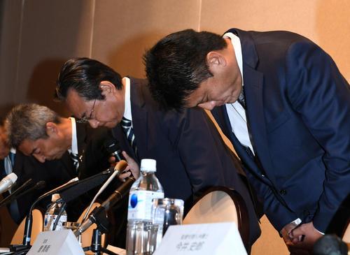 パワハラ問題に関する会見で謝罪する湘南曹監督(右)。左から水谷社長、真壁会長(撮影・山崎安昭)
