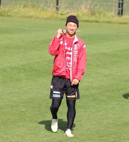 練習中に笑顔を見せる札幌MF荒野(撮影・保坂果那)