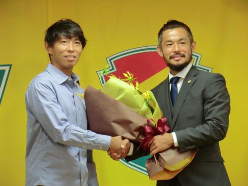引退会見を行ったJ2千葉MF佐藤勇人(右)と、花束を贈呈した双子の弟・FW佐藤寿人