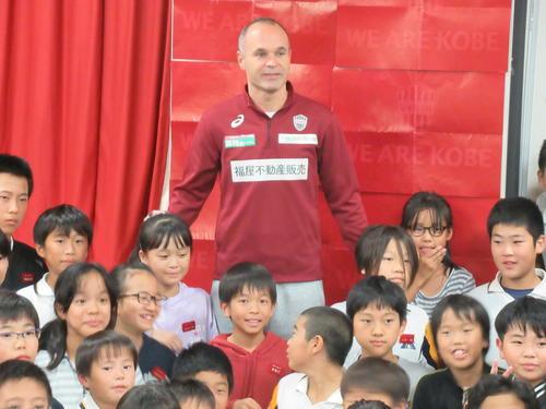訪問した神戸市だいち小の子どもたちと写真に納まる神戸MFイニエスタ