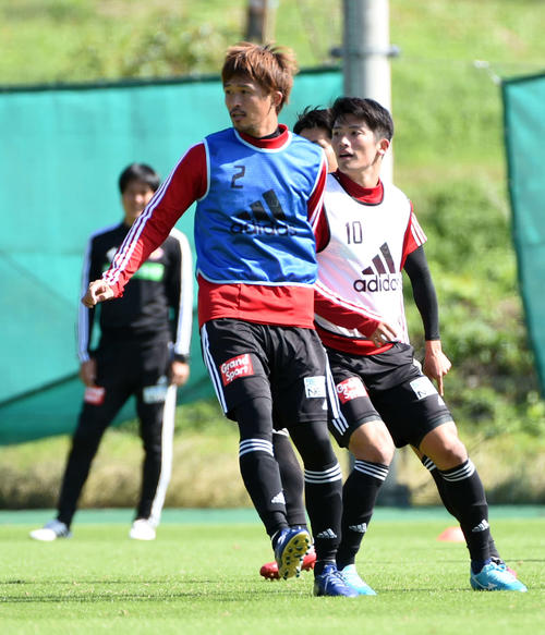 競り合う仙台DF平岡(左)とMF道渕(撮影・山田愛斗)