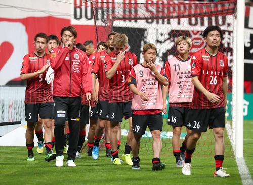 札幌対C大阪 0-1で敗れ引き揚げる札幌の選手たち(撮影・黒川智章)