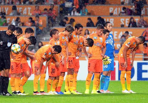 2試合連続で逆転負けを喫し、うなだれる清水の選手たち(撮影・神谷亮磨)