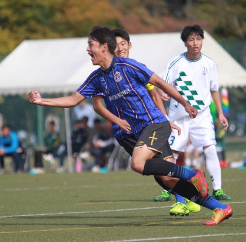 日本文理対巻 前半20分に先制ゴールを決めて喜ぶFW長崎