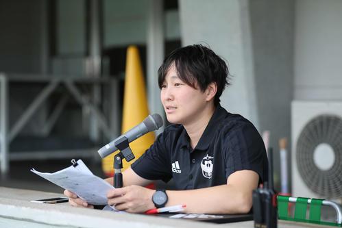 試合会場でアナウンスをする久保田(2019年9月23日撮影)