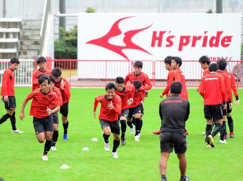 鹿島へのリベンジに燃えるDF鈴木主将(前列左端)らホンダFCの選手たち