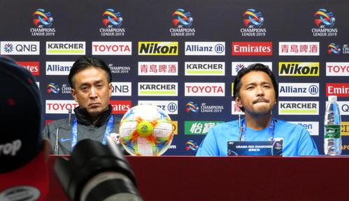 公式会見に出席した浦和の大槻監督(左)とFW興梠(撮影・木下淳)