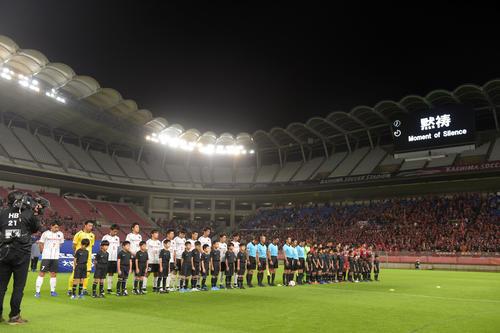 鹿島対ホンダFC 試合前、黙とうする両イレブン(撮影・横山健太)