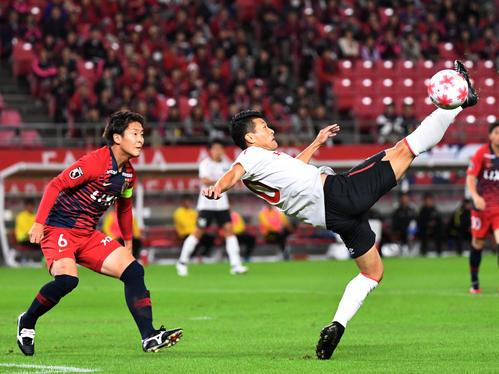 鹿島対ホンダFC 前半、シュートを放つホンダFC・FW古橋(右)。左は鹿島MF永木(撮影・横山健太)