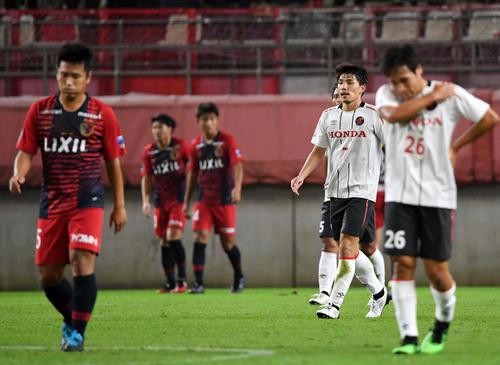 鹿島対ホンダFC 後半、鹿島FW土居にゴールを決められ肩を落とすホンダFCイレブン(撮影・横山健太)