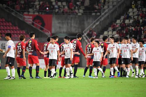 鹿島対ホンダFC 試合を終え、握手を交わす両イレブン(撮影・横山健太)