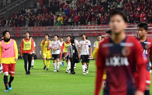 鹿島対ホンダFC 鹿島に敗れ肩を落とし引き揚げるホンダFCイレブン(撮影・横山健太)