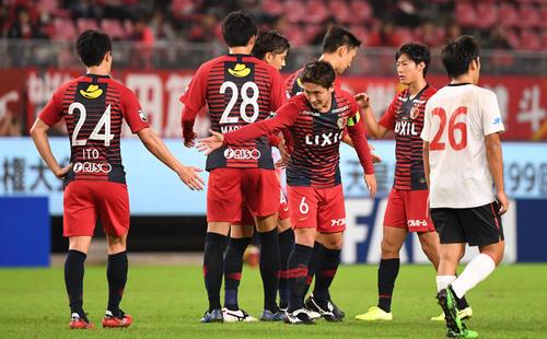 鹿島対ホンダFC ホンダFCに勝利しタッチを交わす鹿島イレブン(撮影・横山健太)