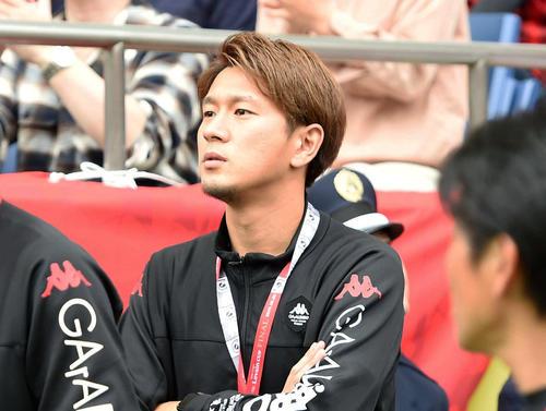 ピッチに降りて選手の動きを見る札幌宮沢(撮影・たえ見朱実)