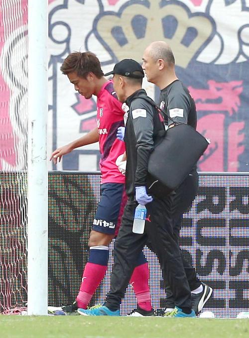 6日の鹿島戦で負傷しピッチを後にするC大阪DF丸橋祐介(左)