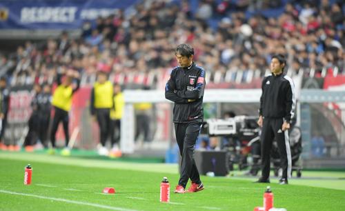 後半、追加点を奪われて肩を落とす浦和の上野ヘッドコーチ(中央)(撮影・加藤諒)