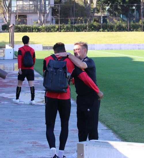 札幌ペトロビッチ監督(右)は練習場に到着したFW鈴木を出迎える(撮影・保坂果那)