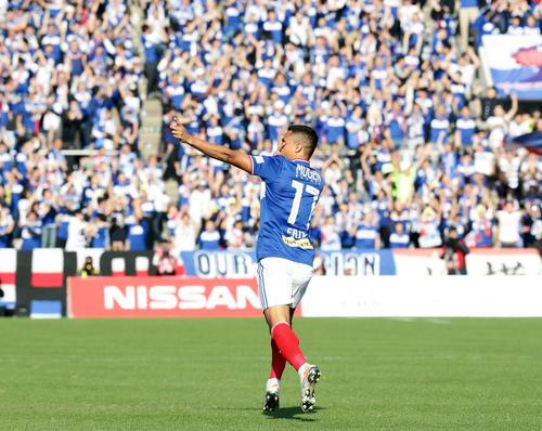 横浜対札幌 前半、先制ゴールを決め、顔をかくしてスタンドにポーズをとって喜ぶ横浜FWエリキ(撮影・浅見桂子)
