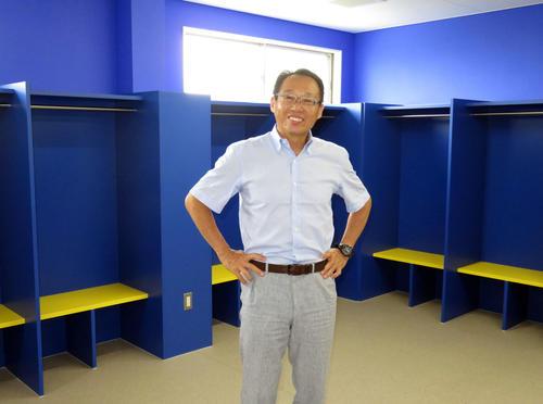 笑顔を見せるFC今治の岡田オーナー(2017年7月18日撮影)
