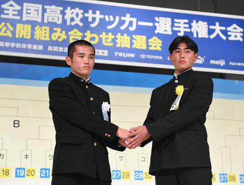 秋田商・松野主将(左)と神戸弘陵・沖吉主将