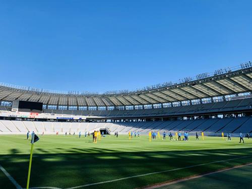 ラグビーW杯を終えた味の素スタジアムのピッチを確かめる東京の選手たち(クラブ提供)