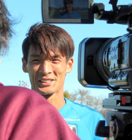 非公開練習後、報道陣の取材に応じる浦和DF槙野(撮影・木下淳)