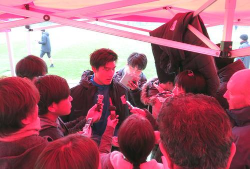 ACL決勝第2戦を2日後に控え、テントの下で報道陣に囲まれる浦和DF橋岡(中央)