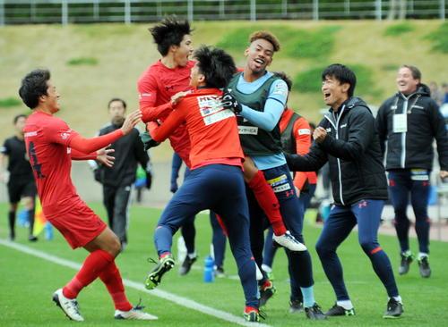 いわきFC対おこしやす京都AC 後半2分、いわきFCはMF日高(左から2人目)がゴールを決め、仲間と喜び合う