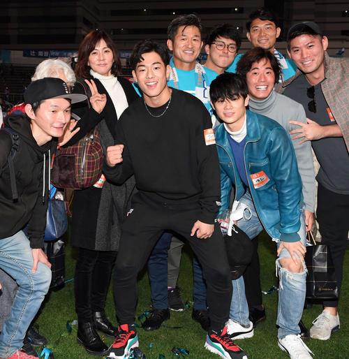 横浜FC対愛媛 笑顔で記念撮影に納まる横浜FCのカズ一家。左3人目からりさ子夫人、次男孝太さん、カズ、長男良太さん(撮影・たえ見朱実)
