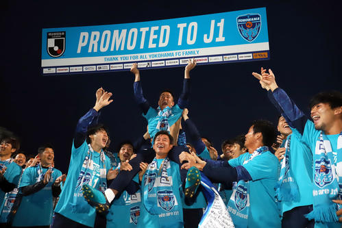 横浜FC対愛媛 試合後のセレモニーを終えJ1昇格のボードを持つ北爪(上)を肩車するカズ(撮影・垰建太)