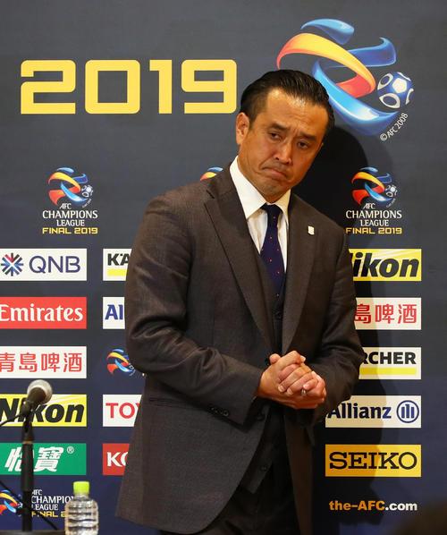 浦和対アルヒラル ACL優勝を逃した浦和大槻監督は厳しい表情で会見場を後にする(撮影・足立雅史)