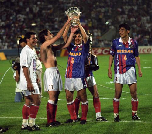 95年7月22日 鹿島を破って第1ステージ優勝を飾り、チェアマン杯を高々と掲げる、サパダ(6)とビスコンティ(11)、左はメディナベージョ、右は井原正巳