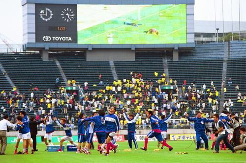 00年5月27日 市原対横浜 C大阪が敗れたのを映し出すオーロラビジョンを前に逆転優勝、大喜びの横浜イレブン