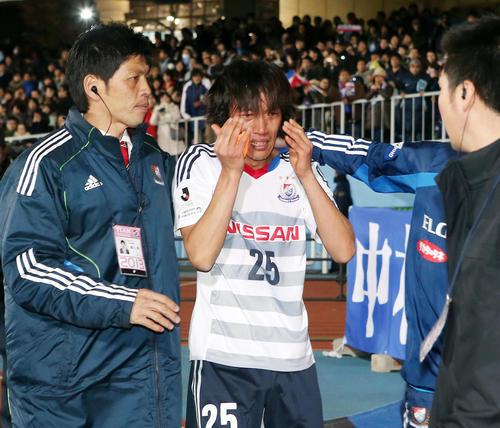 13年12月7日 川崎F対横浜 優勝を逃し、号泣しながらサポーター席にあいさつに向かう横浜MF中村