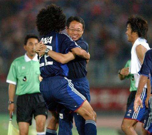 03年8月2日 横浜対神戸 後半22分、岡田武史監督は先制ゴールを決めた中沢佑二と抱き合って喜ぶ