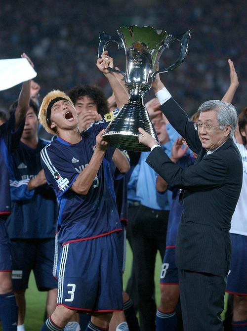 03年8月2日 横浜対神戸 Jリーグ鈴木昌チェアマン(右)からカップを渡され喜ぶ松田直樹