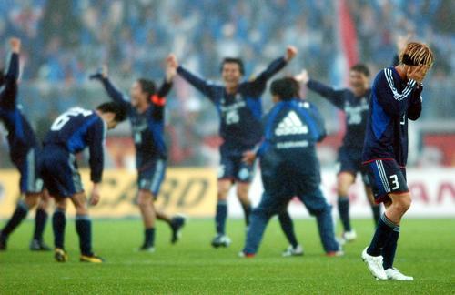 03年11月29日 横浜対磐田 完全優勝での年間王者が決まった瞬間、喜ぶ横浜イレブンと和から離れ号泣する松田(右端)