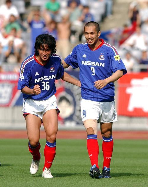 04年6月26日 横浜対鹿島 後半16分、ゴールを決めた安貞桓を久保竜彦が祝福する